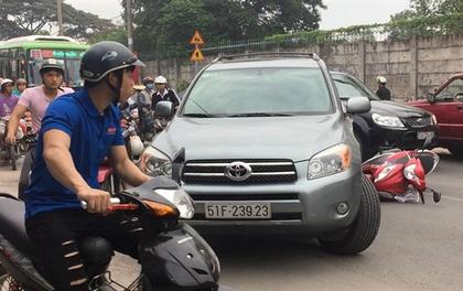 Dân vây đánh tài xế ô tô ngổ ngáo, cố tình chạy lùi tông hai mẹ con ở Sài Gòn