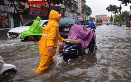 """Chùm ảnh: Xe máy """"đổ rạp"""" trước """"sóng nước"""" ở đường Phạm Ngọc Thạch sau mưa"""