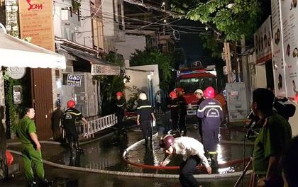 Hàng chục người tháo chạy khỏi căn nhà 6 tầng bốc cháy dữ dội ở Sài Gòn