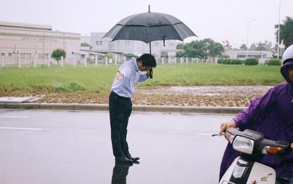Hình ảnh được chia sẻ nhiều nhất hôm nay: Ông chủ người Nhật đội mưa, cúi gập người chào khách vào đổ xăng ở Hà Nội