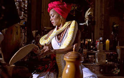 """Cuộc đời và quyền năng của """"Nữ hoàng phù thủy"""" nổi danh nhất thế giới: 79 tuổi vẫn trẻ đẹp như gái 30, cứu người bệnh không cần thuốc"""