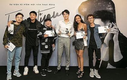 Fan phấn khích khi nhận quà xịn từ buổi offline của Rocker Nguyễn