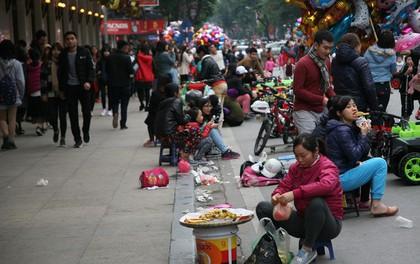 Hà Nội: Trước giờ đếm ngược chào năm mới 2018, phố đi bộ bị hàng rong bủa vây