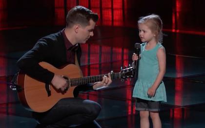 The Voice Mỹ: Cô bé 4 tuổi làm náo loạn tập đầu tiên vòng Giấu mặt