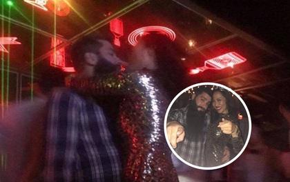 """Đạo diễn phim """"Kong"""" lộ ảnh ôm hôn siêu mẫu nội y gốc Việt Kiko Chan trong bar"""