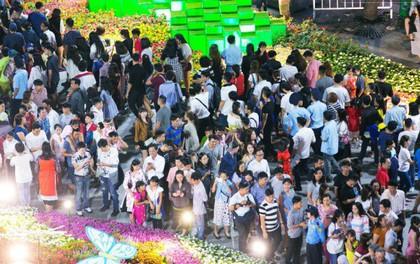 Chùm ảnh: Hàng nghìn người chen chúc trong đêm khai mạc đường hoa Nguyễn Huệ