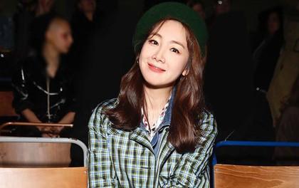 """Mỹ nhân 42 tuổi Choi Ji Woo diện đồ """"tầng tầng lớp lớp"""" chất lừ tại Tuần lễ Thời trang London"""