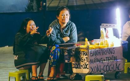Chùm ảnh: Sài Gòn xuống 20 độ C kèm gió lạnh, người dân co ro khi đêm về