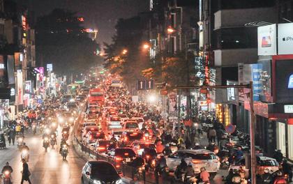 """Hà Nội: Phố Chùa Bộc """"vỡ trận"""" khi người dân ùn ùn đi sắm đồ sale cuối năm, 22h tối vẫn chưa ngớt người"""