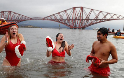 Ảnh: Màn tắm nước lạnh rùng người đầu năm mới ở hàng loạt nước Âu-Mỹ
