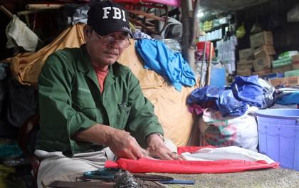 """Chú Tí hơn 40 năm hành nghề lạ ở chợ Đông Ba: Vá """"áo mưa tàu ngầm"""" cho người nghèo với giá 5 nghìn đồng"""