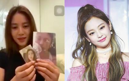 """Ninh Dương Lan Ngọc đúng chuẩn fangirl của Jennie: say sưa hát """"SOLO"""" phiên bản """"mất gốc""""; livestream tặng card Jennie, Jisoo cho fan"""