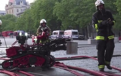 Đây là Colossus, robot cứu hoả có công lớn trong việc dập tắt đám cháy Nhà thờ Đức Bà Paris