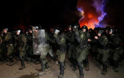 Phản đối người từ Vũ Hán về, dân làng Ukraine chặn đường, ném đá vỡ cửa kính xe chở đoàn cách ly