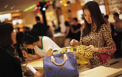 Rời xa công xưởng hàng nhái, người Trung Quốc đổ xô sang Mỹ mua sắm hàng hiệu