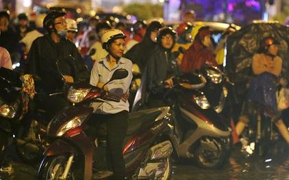 Khổ như dân công sở Sài Gòn ngày mưa lịch sử: cước Uber tăng gấp 5, 10h đêm vẫn chờ nước rút