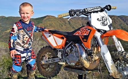 Biker nhí chất chơi mới 4 tuổi đã chinh phục được con ngựa sắt bất kham mang tên phân khối lớn