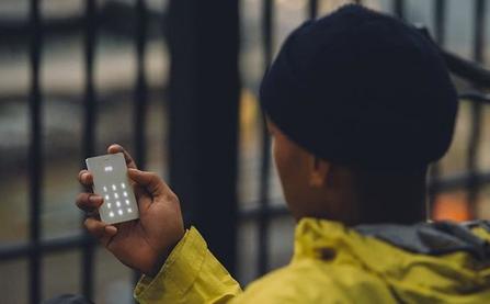 """Cai nghiện smartphone bằng """"cục gạch"""" sang chảnh chỉ có chức năng nghe - gọi"""