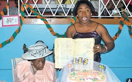 Cụ bà sống lâu nhất thế giới 117 tuổi vẫn đọc chữ nhoay nhoáy