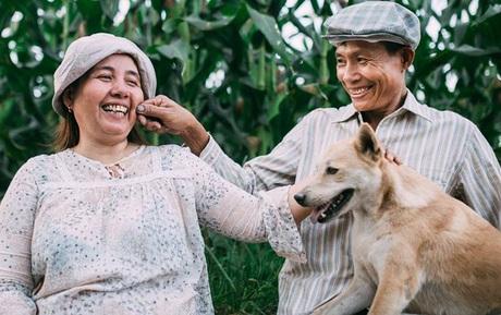Thương bố mẹ cả đời làm ruộng, cậu con trai 22 tuổi đã tặng cả hai bộ ảnh giản dị nhưng đầy tình yêu thương