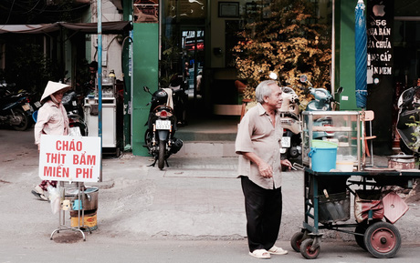 Nồi cháo thịt bằm miễn phí của chị bán cà phê vui tính ở Sài Gòn
