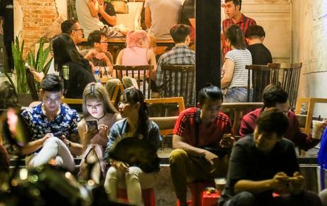 Giới trẻ làm gì trong các quán cafe mở cửa xuyên đêm ở Sài Gòn?