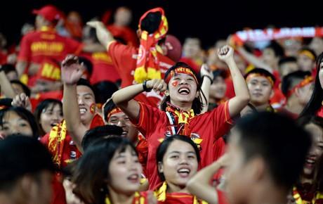 Hàng ngàn cổ động viên reo hò trên sân Mỹ Đình trước giờ đội tuyển Việt Nam đại chiến Malaysia