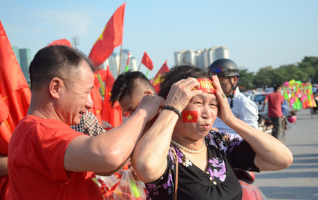 """Các ngả đường nhuộm đỏ màu cờ sắc áo, CĐV cả nước tưng bừng """"tiếp lửa"""" cho đội tuyển Việt Nam đại chiến Malaysia"""