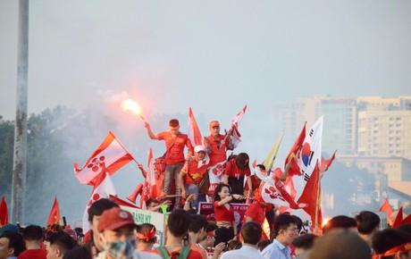 """Các ngả đường nhuộm đỏ màu cờ sắc áo, CĐV cả nước sẵn sàng """"tiếp lửa"""" cho đội tuyển Việt Nam đại chiến Malaysia"""