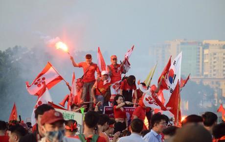 """Các ngả đường Thủ đô nhuộm đỏ màu cờ sắc áo, CĐV cả nước tưng bừng """"tiếp lửa"""" cho đội tuyển Việt Nam đại chiến Malaysia"""