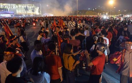 """Tưng bừng """"tiếp lửa"""" cho đội tuyển Việt Nam đại chiến Malaysia: Hàng ngàn cổ động viên xếp hàng dài chờ vào sân Mỹ Đình"""