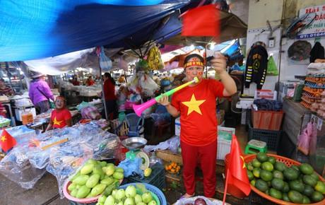 Không khí tưng bừng nhộn nhịp, đường phố cả nước rợp bóng cờ đỏ sao vàng trước trận chung kết AFF Cup
