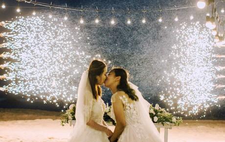 Xúc động đám cưới đồng tính của 2 cô gái từng là tình địch giữa bãi biển thơ mộng và lung linh ở Bình Thuận