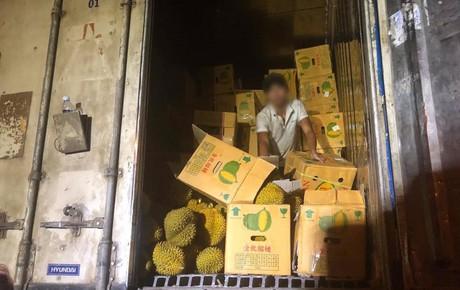 """Bỏ tiền """"giải cứu"""" 17 tấn sầu riêng giữa trưa hè Hà Nội, người mua thất vọng với chất lượng thực tế: Một lái buôn lên tiếng"""