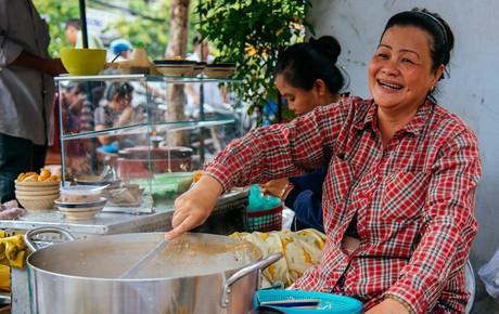 """Quán cháo """"hào sảng"""" giá 5.000 đồng/ tô của cô Tư Sài Gòn: Nhà Tư không nợ nần gì, bán vầy là sống thoải mái rồi!"""