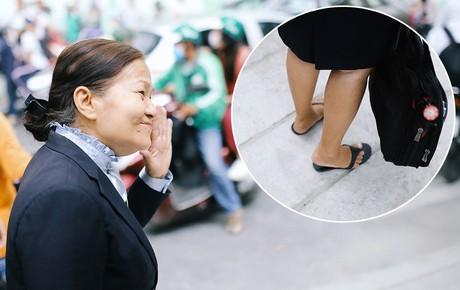 """Cô giáo 67 tuổi """"mặc vest mang dép lê"""", 10 năm đứng chờ sĩ tử Sài Gòn: Không lập gia đình, cưng học sinh như con"""