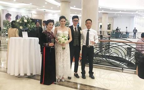 Tú Anh thay váy cưới, cùng ông xã chào hỏi quan khách trong ngày trọng đại