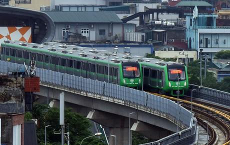 Ảnh, clip: 4 đoàn tàu đường sắt trên cao bất ngờ di chuyển trong mưa trước ngày chạy thử