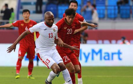 """[Trực tiếp Asian Cup 2019] Việt Nam 0-1 Jordan (H2): Pha phối hợp """"đá phạt kiểu Toni Kroos"""" đánh bại Văn Lâm"""