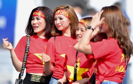 [Trực tiếp Asian Cup 2019] Việt Nam vs Jordan: Fan nữ khuấy động bầu không khí trước trận