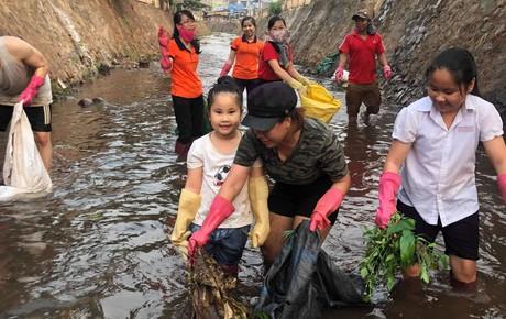 """Dễ thương làm sao hình ảnh người lớn, trẻ nhỏ cũng xắn tay với """"Thử thách dọn rác"""": Dòng kênh đen dài 2km hồi sinh sau 1 tuần lễ"""