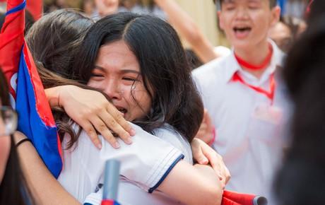 Học sinh lớp 12 khóc nức nở trong ngày ra trường: Chẳng còn thời gian để quý, để thương nhau nữa rồi!