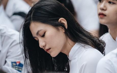 Mặc áo dài trắng đội mưa dự lễ bế giảng, dàn nữ sinh ngôi trường này gây thương nhớ vì quá xinh xắn