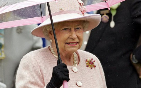 Liên tục thay đổi màu sắc trang phục, duy chỉ có món đồ này là Nữ hoàng Anh hết mực chung tình từ thời trẻ đến tận bây giờ