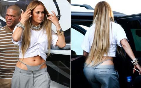 Ở tuổi 49, khi nhiều phụ nữ đã kín đáo khiêm nhường thì Jennifer Lopez vẫn thảnh thơi khoe quần lọt khe trên phố