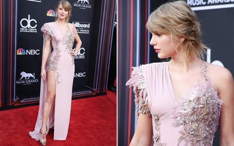 Hai năm rồi mới trở lại thảm đỏ, Taylor Swift chặt đẹp dàn mỹ nhân với chiếc váy mất 800 giờ hoàn thiện