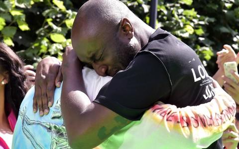 Ra mắt BST đầu tiên cho Louis Vuitton, Virgil Abloh xúc động đến mức ôm chầm Kanye West mà nức nở