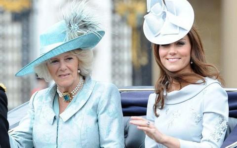 Trước ồn ào về mâu thuẫn mẹ chồng nàng dâu, bà Camilla và Kate Middleton không ít lần mặc đồ xuyệt tông cùng nhau