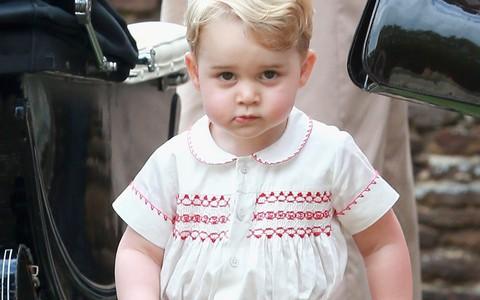 Hoàng tử George – cậu bé mặc đẹp từ trong trứng nước và có tầm ảnh hưởng về thời trang không hề thua kém mẹ Kate Middleton