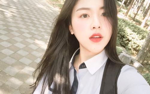 Chỉ diện đồng phục thôi, cô bạn Hàn Quốc vẫn tỏa sáng như idol